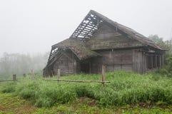 Casa de madera vieja en aldea fotos de archivo libres de regalías