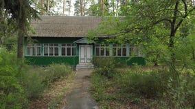 Casa de madera vieja en el bosque almacen de video