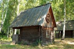 Casa de madera vieja en el bosque entre abedules en el campo ruso Imágenes de archivo libres de regalías