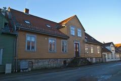 Casa de madera vieja en Halden imagen de archivo