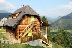Casa de madera vieja en la montaña Imagen de archivo