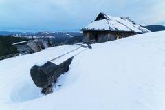 Casa de madera vieja en las montañas fotografía de archivo libre de regalías
