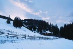 Casa de madera vieja en las montañas imagenes de archivo
