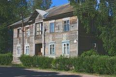 Casa de madera vieja en los árboles Foto de archivo