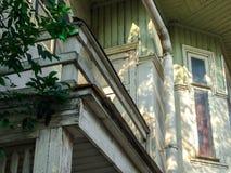 Casa de madera vieja en sunlights de la tarde Imagenes de archivo
