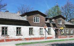 Casa de madera vieja en Ventspils de Letonia Foto de archivo libre de regalías