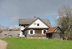 Casa de madera vieja, Lituania imágenes de archivo libres de regalías