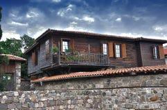 Casa de madera vieja típica Fotografía de archivo