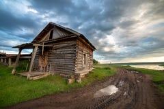 Casa de madera vieja y el cielo dramático de la tormenta fotografía de archivo libre de regalías