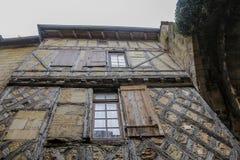 Casa de madera y de piedra vieja fotos de archivo
