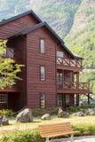 Casa de madera y el acampar en montañas Imágenes de archivo libres de regalías