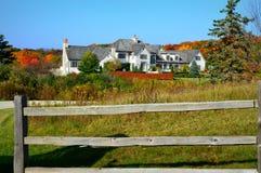 Casa de mansão branca, cores da queda Imagem de Stock