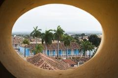 A casa de mansão colonial alinhou com as palmeiras em Trinidad, Cuba Imagens de Stock Royalty Free