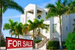 A casa de mansão luxuosa tropical w VENDEU o sinal e as palmeiras Fotografia de Stock Royalty Free