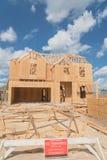Casa de marco de madera bajo construcción Pearland, Tejas, los E.E.U.U. Imágenes de archivo libres de regalías
