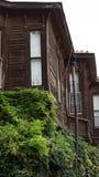 Casa de marco vieja en verde fotos de archivo