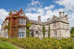Casa de Muckross en el parque nacional Killarney-Irlanda. Fotografía de archivo