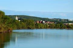Casa de New Hampshire del estado de enfrente de el río imagen de archivo