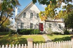 Casa de Nueva Inglaterra en otoño Foto de archivo libre de regalías
