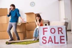 A casa de oferecimento da família nova para a venda e mover-se para fora fotos de stock