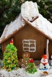 Casa de pão-de-espécie com decorações, imagens de stock