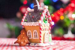 Casa de pão-de-espécie decorada por doces doces na Fotografia de Stock