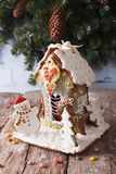 Casa de pão-de-espécie do Natal e close up da cookie contra o backg imagem de stock royalty free