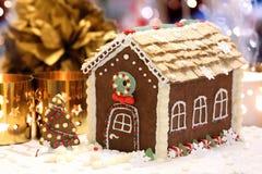 Casa de pão-de-espécie do Natal na tabela decorada Fotografia de Stock Royalty Free