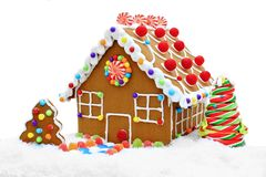 Casa de pão-de-espécie na neve imagens de stock