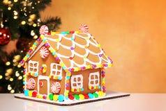 Casa de pão-de-espécie sobre a árvore de Natal decorada Imagem de Stock Royalty Free