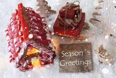 A casa de pão-de-espécie, trenó, flocos de neve, texto tempera cumprimentos Imagens de Stock