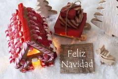 Casa de pão-de-espécie, trenó, neve, Feliz Navidad Means Merry Christmas fotografia de stock