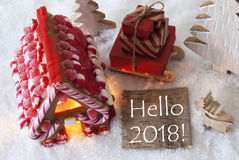 Casa de pão-de-espécie, trenó, neve, texto olá! 2018 Imagens de Stock