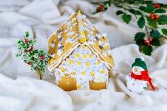 Casa de pão-de-espécie caseiro com decorações do Natal, queda de neve artificial fotografia de stock