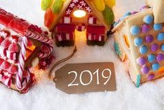 Casa de pão-de-espécie colorida, neve, texto 2019, luz da vela fotos de stock royalty free