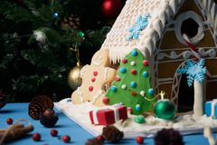 Casa de pão-de-espécie com árvores de Natal Fotos de Stock Royalty Free