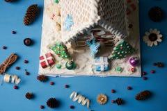 Casa de pão-de-espécie com árvores de Natal Fotografia de Stock
