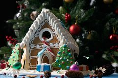Casa de pão-de-espécie com árvores de Natal Fotografia de Stock Royalty Free