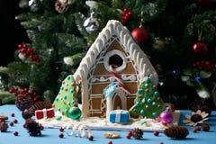 Casa de pão-de-espécie com árvores de Natal Foto de Stock