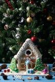 Casa de pão-de-espécie com árvores de Natal Imagens de Stock