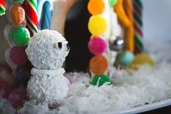 Casa de pão-de-espécie do boneco de neve fotos de stock royalty free
