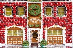 Casa de pão-de-espécie extravagante do feriado do quartel dos bombeiros Foto de Stock Royalty Free