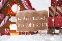 A casa de pão-de-espécie, trenó, flocos de neve, Guten Rutsch 2019 significa o ano novo imagens de stock