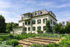 Casa de país de origem na avenida de Spadina em Toronto com jardim imagens de stock royalty free