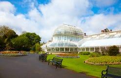A casa de palma nos jardins botânicos foto de stock