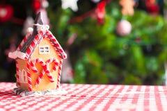 Casa de pan de jengibre adornada por los caramelos dulces en a Fotografía de archivo