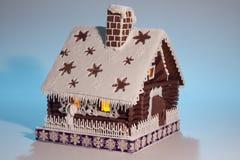 Casa de pan de jengibre bonita en fondo ligero Foto de archivo