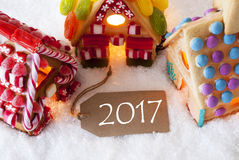 Casa de pan de jengibre colorida, nieve, texto 2017 Fotos de archivo libres de regalías