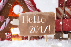 Casa de pan de jengibre con el trineo, copos de nieve, texto hola 2017 Fotografía de archivo libre de regalías