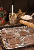 Casa de pan de jengibre de la preparación para la celebración del Año Nuevo de la Navidad Foto de archivo libre de regalías